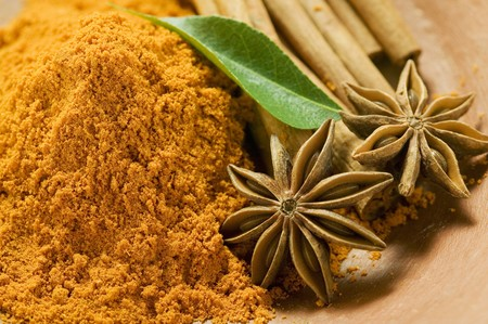 cinammon: Curry powder, star anise and cinnamon sticks
