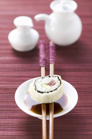 asian pear: Maki sushi with tuna, cucumber and avocado over soy sauce LANG_EVOIMAGES