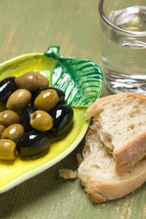 pain blanc: Olives, du pain blanc et verre d'eau
