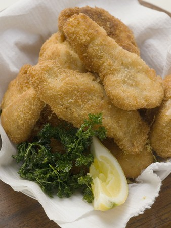 lemon wedge: Fish nuggets with lemon wedge and parsley LANG_EVOIMAGES