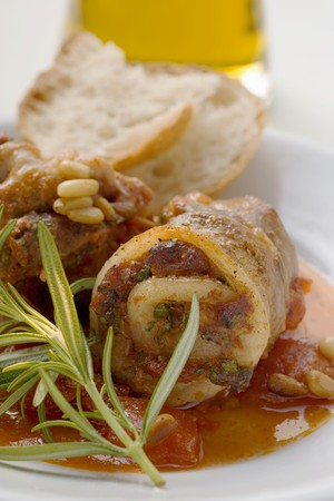 pine kernels: Belly pork rolls with tomato pesto and pine nuts
