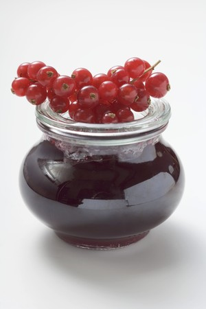 redcurrant: Jar of redcurrant jelly, fresh redcurrants on top of jar LANG_EVOIMAGES