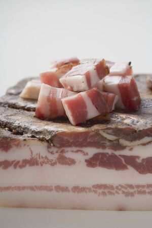 pancetta cubetti: Pezzo di pancetta e pancetta a dadini