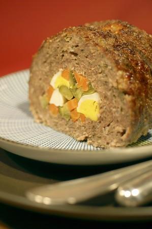 pastel de carne: Pastel de carne rellena de huevo, zanahorias y pepinillos