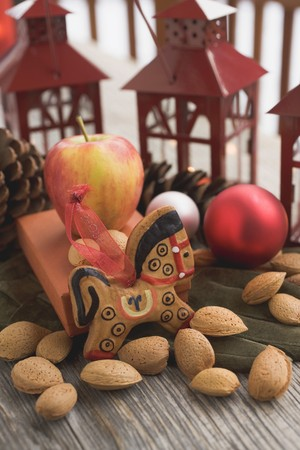 figurative: Gingerbread horse, almonds, apple, Christmas baubles, lanterns LANG_EVOIMAGES