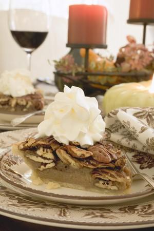 pecan pie: Pedazo de pastel de nuez con crema de Acci�n de Gracias