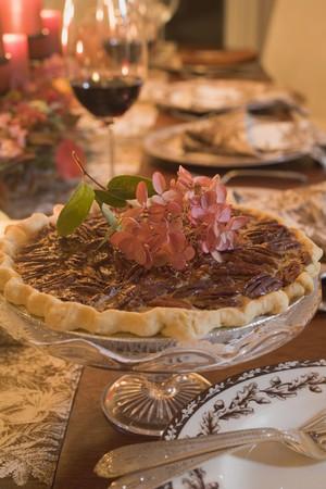 pecan pie: Pecan pie en la mesa puesta para Acci�n de Gracias (EE.UU.) LANG_EVOIMAGES