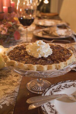 pecan pie: Pastel de nuez con crema en la mesa puesta para Acci�n de Gracias (EE.UU.)