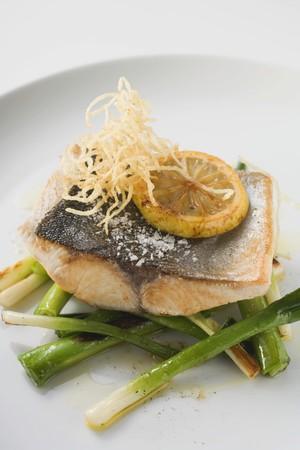 filete de pescado: Filete de pescado frito en cebollas de primavera LANG_EVOIMAGES