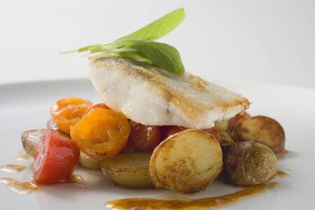 filete de pescado: Filete de pescado con patatas fritas y tomates cherry