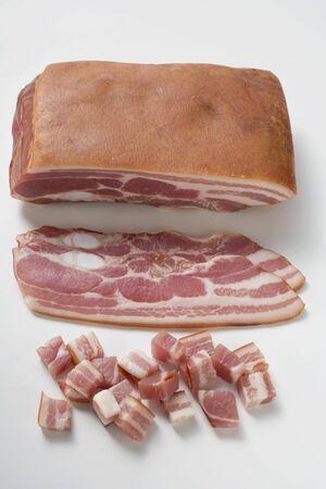 pancetta cubetti: Pezzo di pancetta, fette di pancetta e pancetta tagliata a dadini