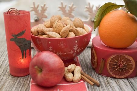 apple cinnamon: Decorazioni di Natale: noci, arancia, mela, cannella, candela