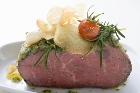 potato crisps: Roast beef with pesto crust and potato crisps