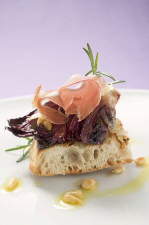 pine kernels: Flatbread topped with radicchio, Parma ham and pine nuts