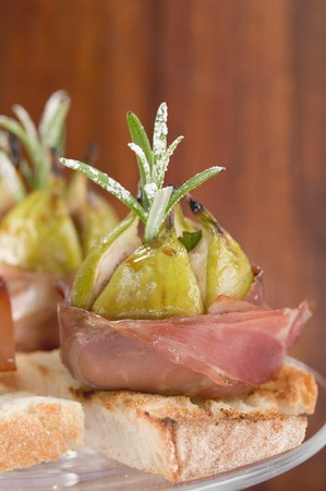 food: Figs wrapped in raw ham on toast LANG_EVOIMAGES