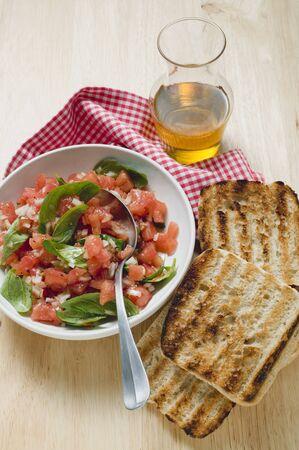 pain blanc: salsa de tomates au basilic, pain blanc grill�, huile d'olive