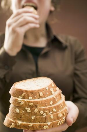 avena en hojuelas: Mujer la celebraci�n de las rebanadas de pan (con copos de avena) LANG_EVOIMAGES