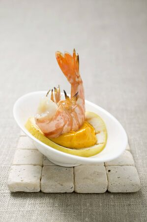 gambas: Fried prawn with dip on slice of lemon LANG_EVOIMAGES