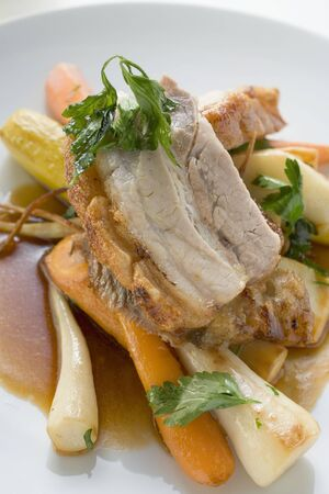 root vegetables: Arrosto di maiale del ventre con scoppiettanti e ortaggi a radice