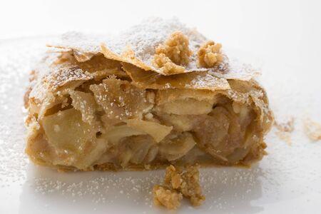 sucre glace: Morceau de strudel aux pommes avec du sucre glace
