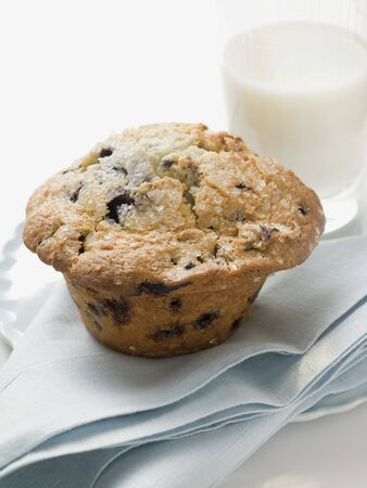 choco chips: Chocolate chip muffin and glass of milk LANG_EVOIMAGES