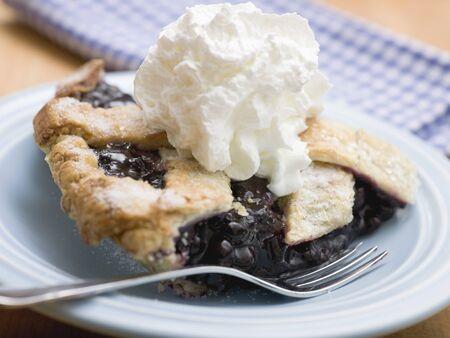 blueberry pie: Pedazo de pastel de ar�ndanos con crema