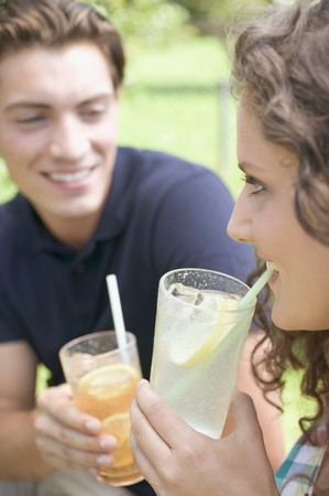 soda pops: Young couple drinking iced tea and lemonade LANG_EVOIMAGES