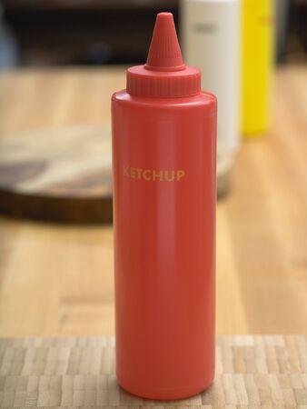 kunststof fles: Ketchup in red plastic bottle