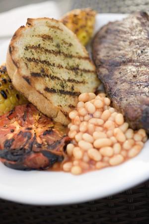 pain blanc: Steak de boeuf avec du pain blanc, des f�ves au lard et tomate grill�e