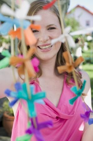 festones: Mujer con guirnaldas de colores para una fiesta en el jard�n LANG_EVOIMAGES