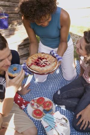 blueberry pie: Los j�venes con pastel de ar�ndanos y donas en el 4 de julio LANG_EVOIMAGES