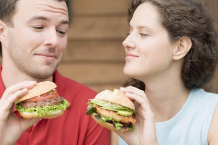 enquiring: Couple with two different burgers