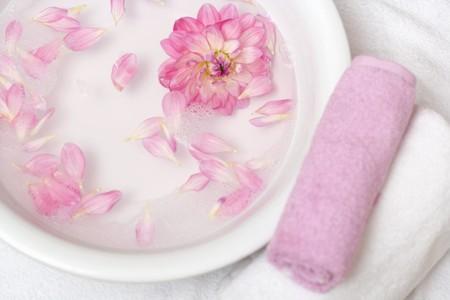 花びら: ボウルの水にピンクの花びらで横にタオル