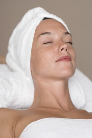 beauty treatment: Woman having beauty treatment LANG_EVOIMAGES