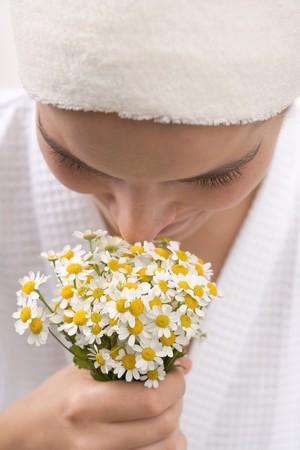 matricaria recutita: Donna che sente l'odore di camomilla fiori