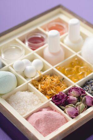 produits de beaut�: Divers produits de beaut� et des fleurs dans le type cas