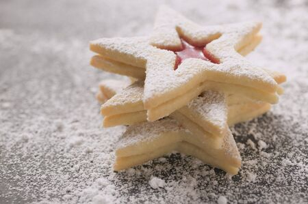 jam biscuits: Tre biscotti marmellata con zucchero a velo, in un mucchio LANG_EVOIMAGES