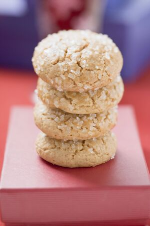 amaretto: Four sugared biscuits, stacked, on red box