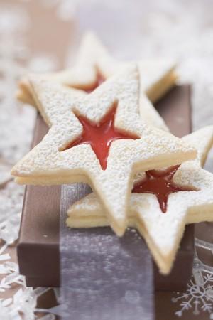 jam biscuits: A forma di stella marmellata biscotti con lo zucchero a velo (Natale)
