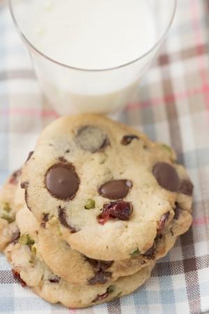 vaccinium macrocarpon: Chocolate chip cookies with cranberries, glass of milk