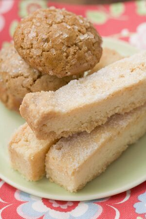 shortbread: Biscuits and shortbread on plate LANG_EVOIMAGES