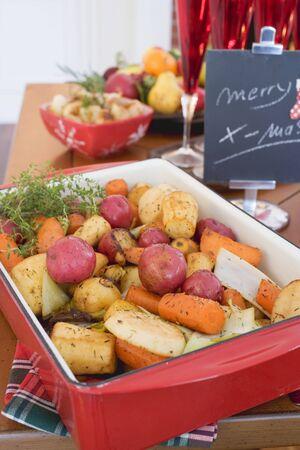 root vegetables: Ortaggi a radice arrostito sulla tavola di Natale (USA) LANG_EVOIMAGES