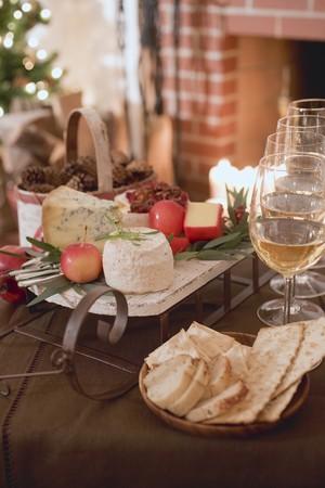 tabla de queso: Tabla de quesos, galletas y vino blanco delante de la chimenea (Navidad) LANG_EVOIMAGES