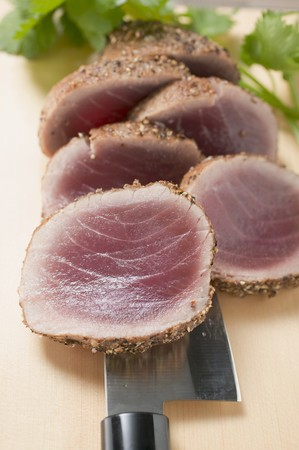 seared: Seared, seasoned tuna fillet (close-up) LANG_EVOIMAGES