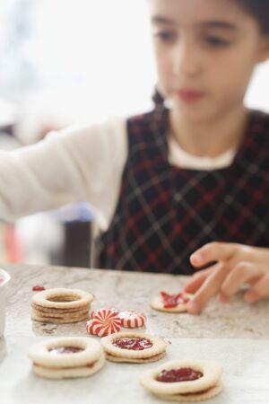 jam biscuits: Ragazza che fa marmellata biscotti