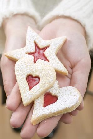 jam biscuits: Mani in possesso di tre biscotti marmellata LANG_EVOIMAGES