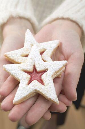 jam biscuits: Mani in possesso di due biscotti marmellata LANG_EVOIMAGES