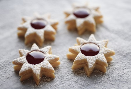 jam biscuits: Quattro biscotti marmellata con zucchero a velo