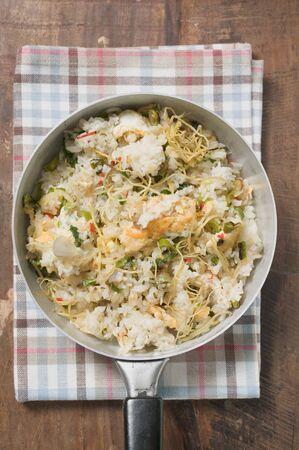 plato de pescado: Pan cocido el arroz y el pescado plato con la ralladura de lim�n desde arriba