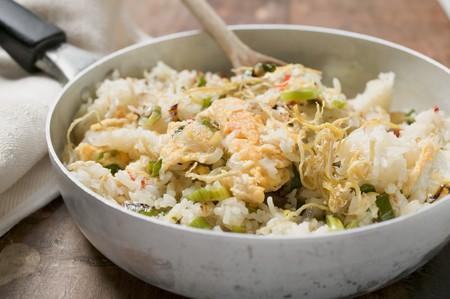 plato de pescado: Cocinado-Pan de arroz y pescado plato con ralladura de lim�n